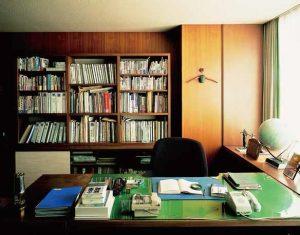 机の上は能率道の理論に従い、動作研究がなされ、能率的に配置されている